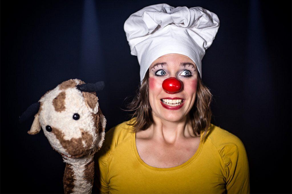 Heike Laub als Kinderclown Fluxi mit Stoffpuppe Jose Variante 1