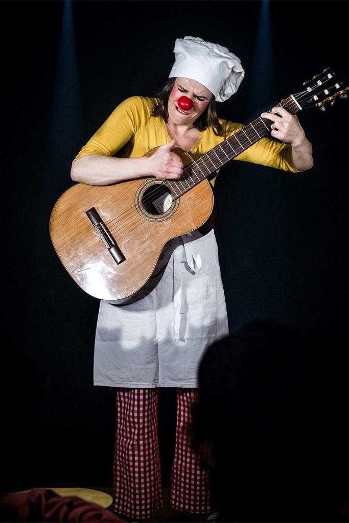 Heike Laub als Kinderclown Fluxi mit Stoffpuppe Jose Variante 4