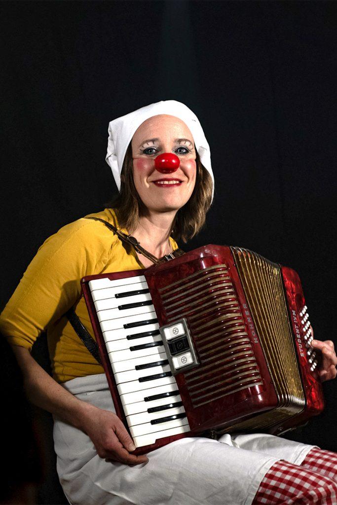 Heike Laub als Kinderclown Fluxi mit Stoffpuppe José