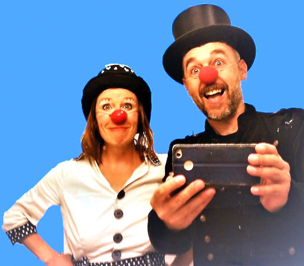 Musikzirkus Florentine und Schapo Klack vor blauem Hintergrund
