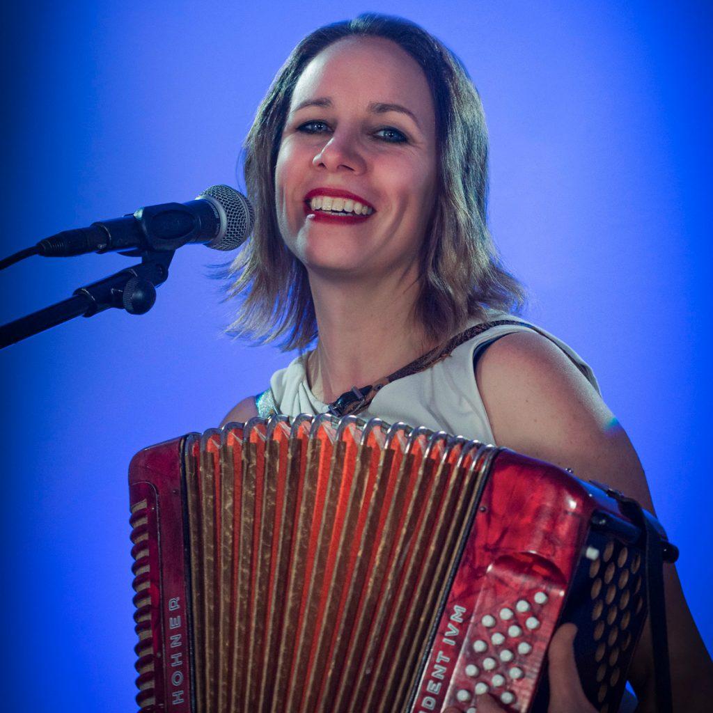 Sängerin Heike Laub begleitet sich it Akkordeon
