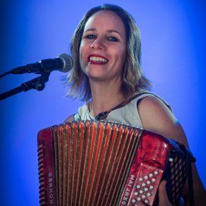 Sängerin Heike Laub begleitet sich auf dem Akkordeon